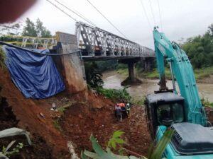 22-06-01-Sisi-Barat-Jembatan-Tajum-Longsor-Kendaraan-Tonase-Besar-Dialihkan-ajibarang-radar-banyumas-